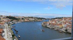 Les bords de fleuve Rio Douro et au fond le pont San Joao